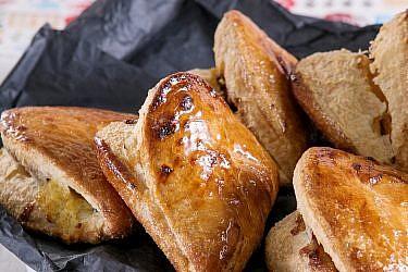 ספולייטלה אמרנה (מאפה ממולא בצורת צדף) של שף־קונדיטור תומר כבירי. צילום: שירן כרמל. סטיילינג: שרון בן אהרון