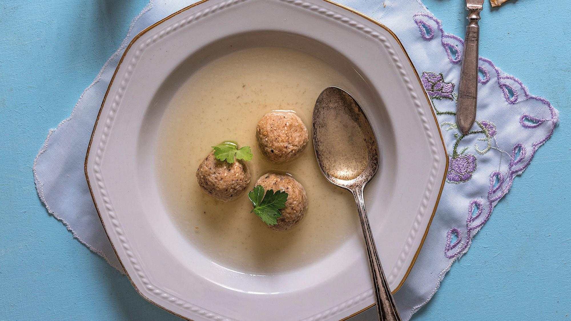מרק דגים צח עם קניידלעך של שף איתן ואנונו. צילום: אנטולי מיכאלו