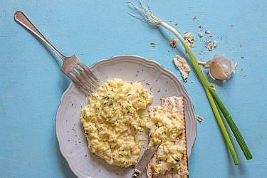 סלט ביצים עם תימין וחזרת של שף איתן ואנונו. צילום: אנטולי מיכאלו
