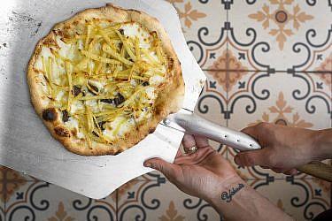 פיצה תפוחי אדמה ופטריות של השפיות רינת ואליס מויאל. צילום: אנטולי מיכאלו