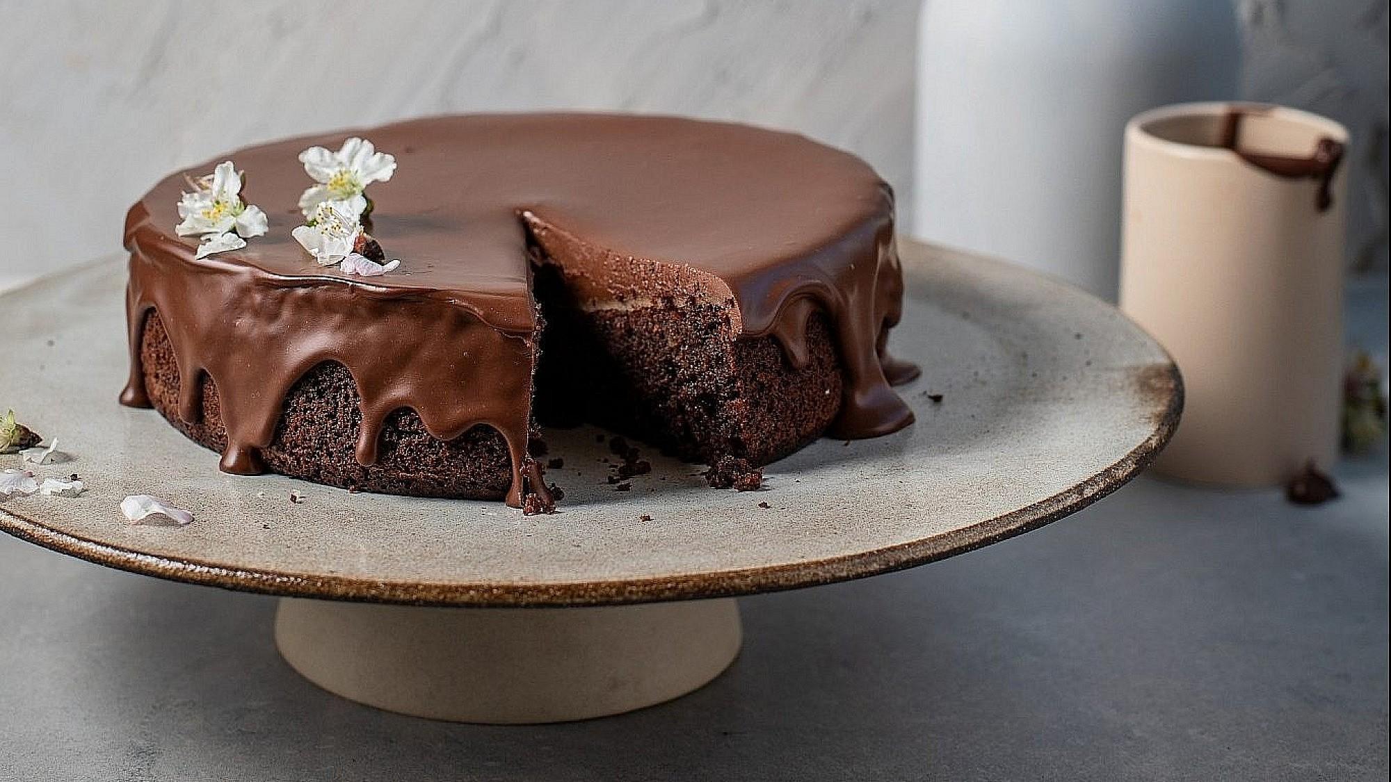 עוגת שוקולד, שקדים, שמן זית ומרציפן של רינת צדוק. צילום: שני בריל
