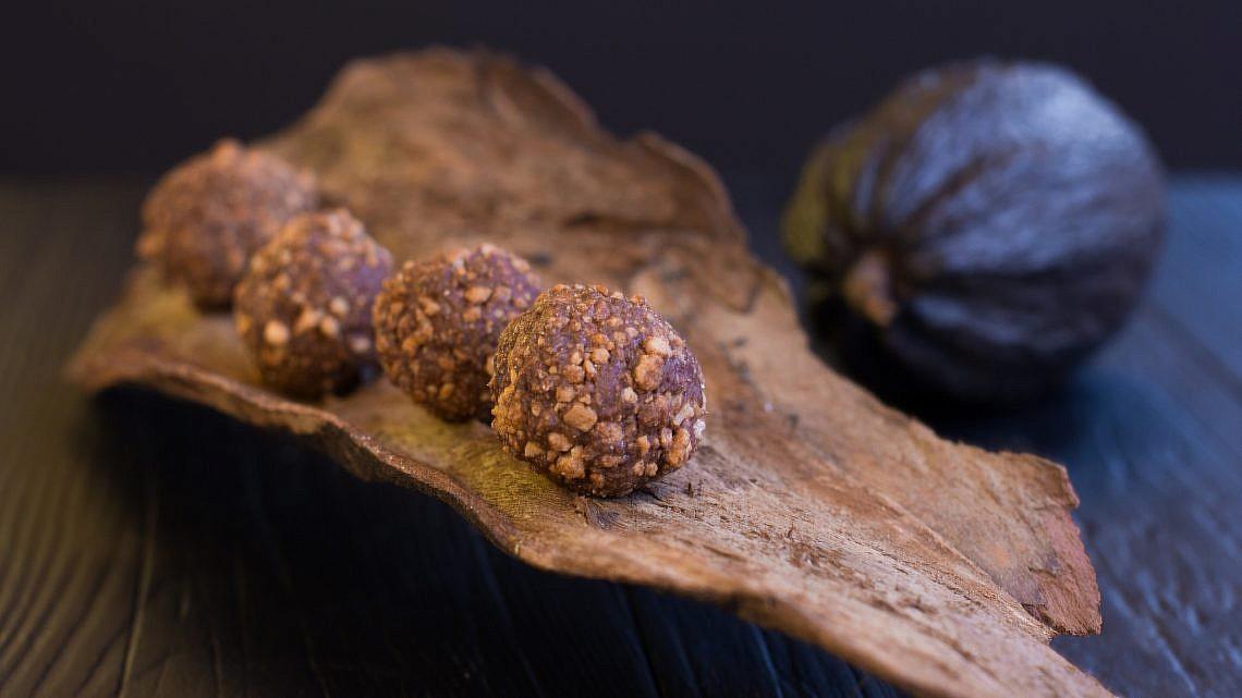 כדורי שוקולד פרלינה בגוון מלוח של הקונדיטור גל קזס. צילום: אייל ג'מילי, סטודיו Food־Foo. סטיילינג: שני הולצקר