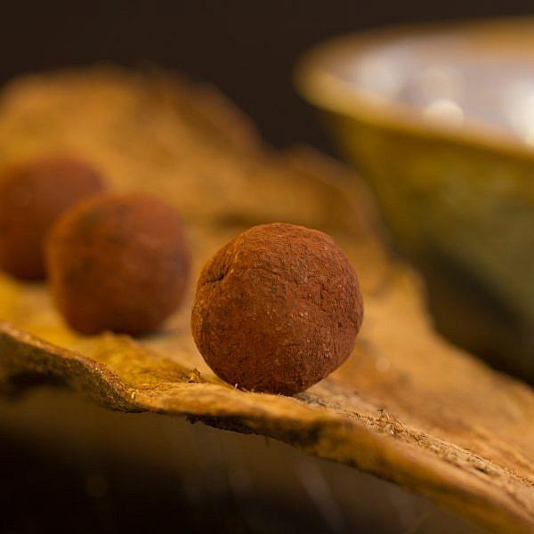 כדורי שוקולד פרלינה מצופים קקאו של הקונדיטור גל קזס. צילום: אייל ג'מילי, סטודיו Food־Foo. סטיילינג: שני הולצקר