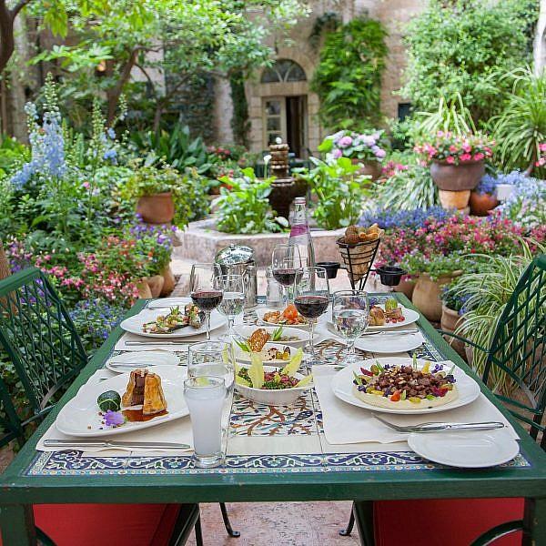 מסעדת פטיו, מלון אמריקן קולוני. צילום: שרה אייכלר