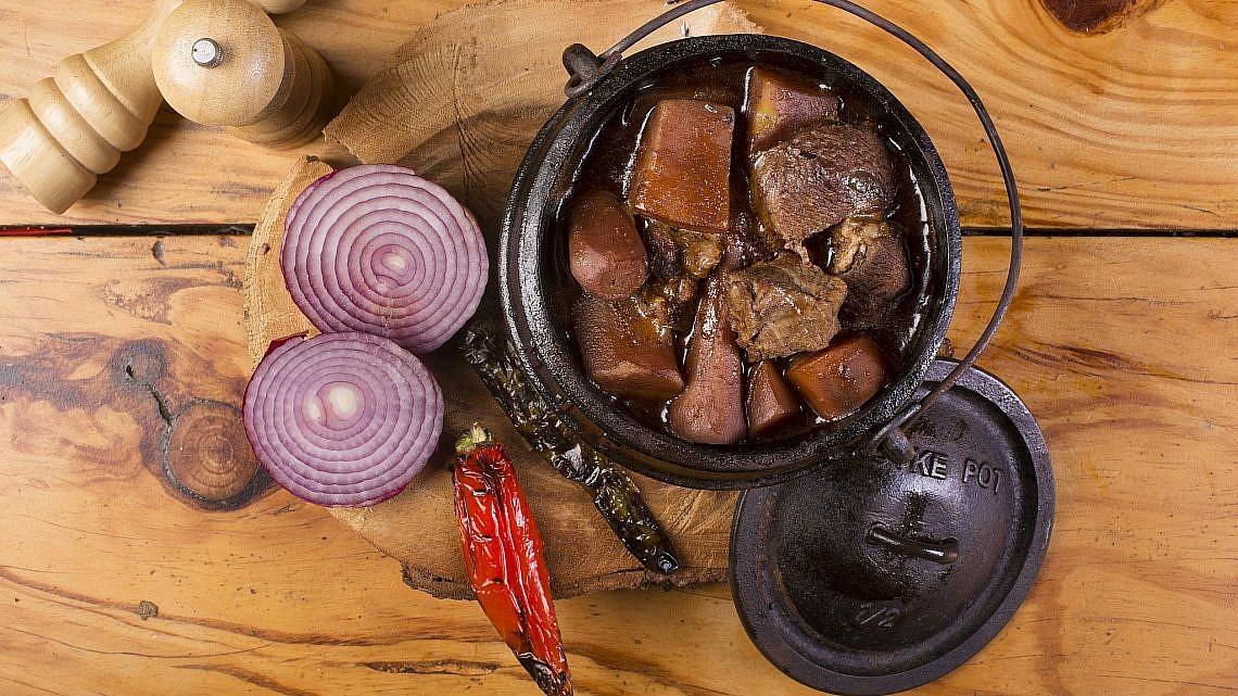 קדירת בקר מעושן, ירקות שורש ויין אדום של שף רותם צרפתי. צילום: יעקב מדר