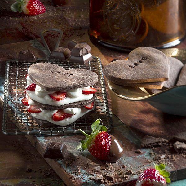 מגדל עוגיות שוקולד, קרם שוקולד לבן ותותים של הקונדיטורית נטע דביר. צילום: אנטולי מיכאלו. סטיילינג: קרן ברק