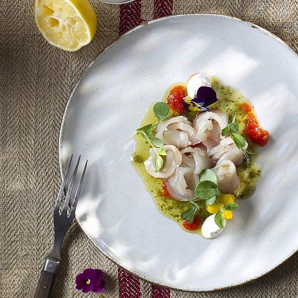 קרודו דג ים בפלפלים של שף אסף בלינדר. צילום: אנטולי מיכאלו. סטיילינג: ענת לבל