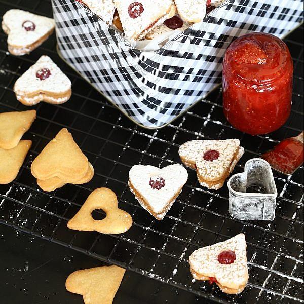 עוגיות לב ריבה של אבה הנסן. צילום וסטיילינג: לירון אלמוג