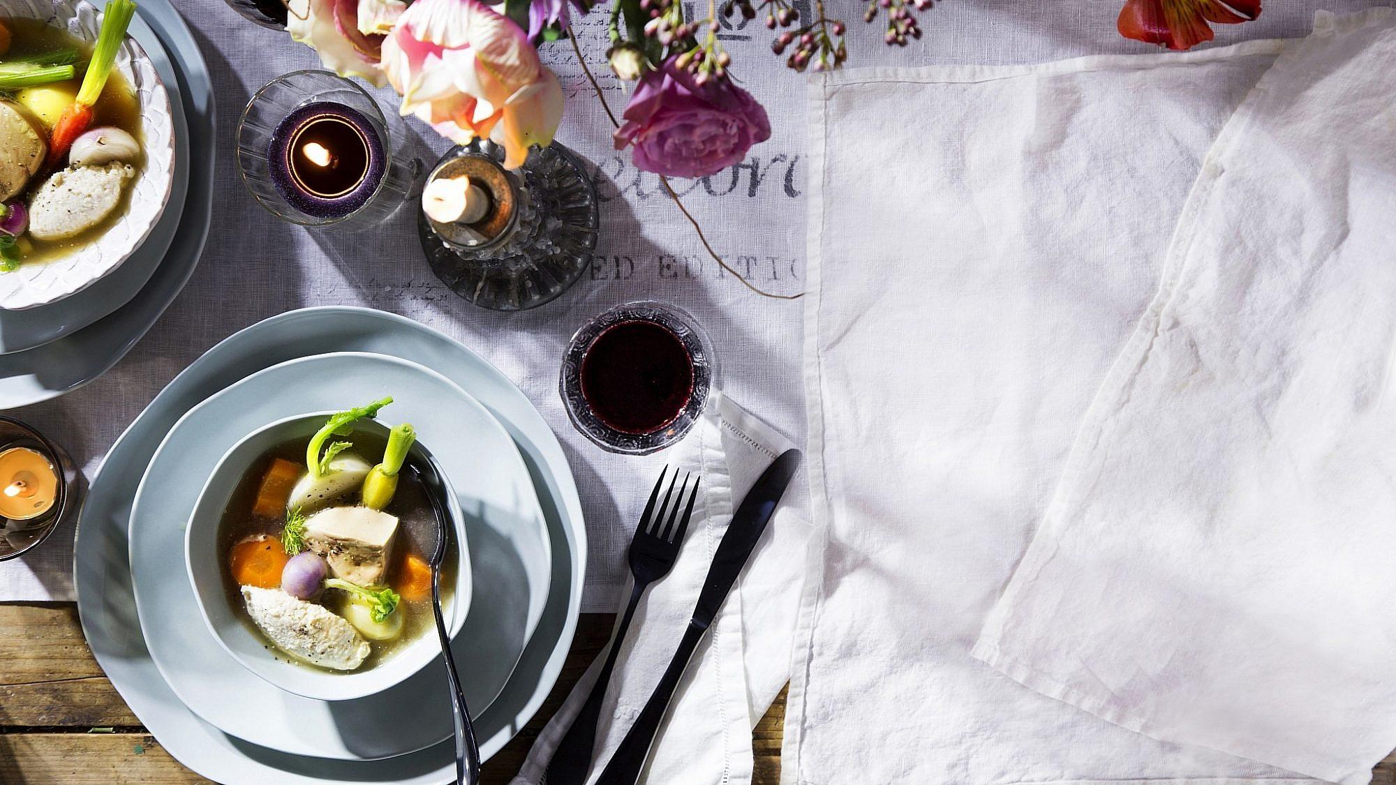 מרק בקר צח עם קנל עוף, ירקות שורש וכבד אווז של שף עינב אזגורי. צילום: דן לב. סטיילינג: דלית רוסו