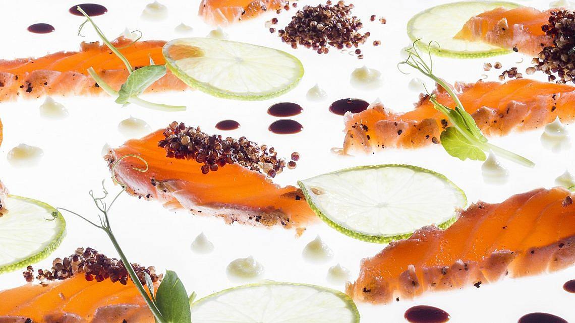 טאטאקי סלמון, ויניגרט יוזו-ליים וקינואה של שף אוראל קימחי. צילום: אנטולי מיכאלו