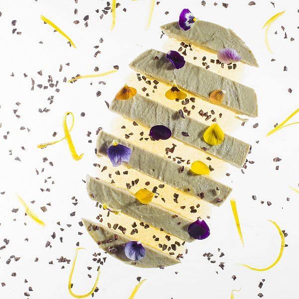 פטה כבד אווז וקרם קוקוס עם קליפות הדרים מסוכרות של שף אוראל קימחי. צילום: אנטולי מיכאלו