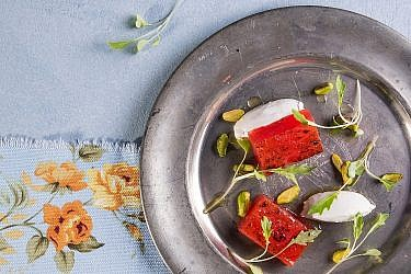 אבטיח צלוי של שף קובי בכר. צילום: שרית גופן. סטיילינג: אינה גוטמן
