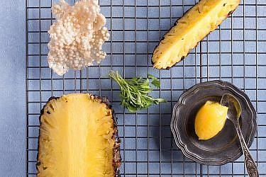 אננס בגריל וחטיף טפיוקה פריך של שף קובי בכר. צילום: שרית גופן. סטיילינג: אינה גוטמן