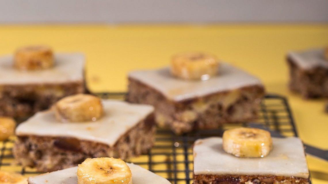 חיתוכיות בננה, מרציפן ובננות ברולה של ריקי ביטון. צילום: שרית גופן. סטיילינג: אינה גוטמן