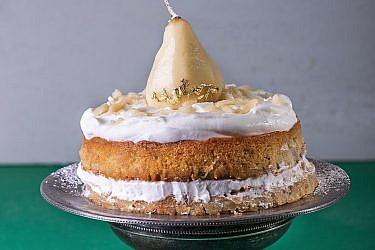 עוגת אגסים ומרציפן של ריקי ביטון. צילום: שרית גופן. סטיילינג: אינה גוטמן