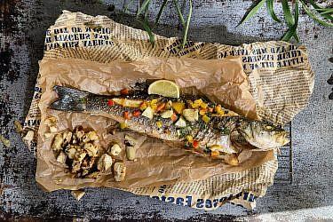 דג לברק בתנור עם סלט ארטישוק של בני רבה. צילום: שרית גופן. סטיילינג: אינה גוטמן
