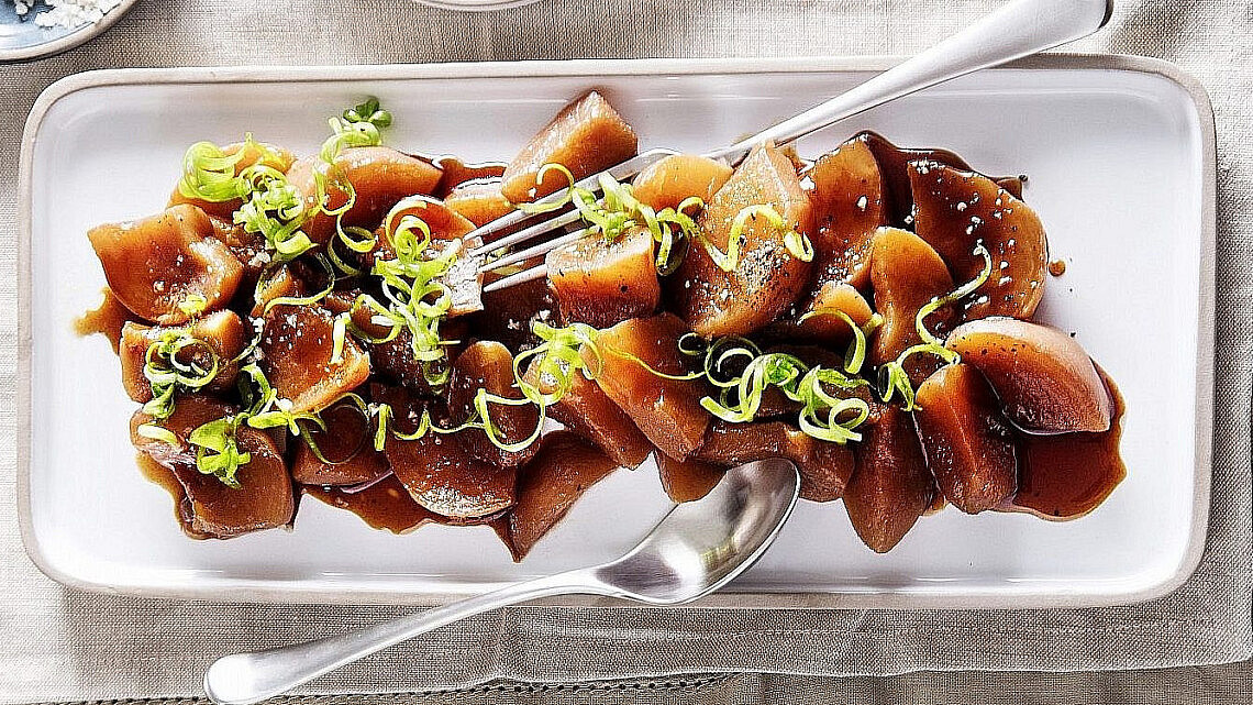 שאלרם- לפת צלויה בתמרים וסילאן של שף אמיר קרונברג. צילום: אפיק גבאי. סטיילינג: עמית פרבר