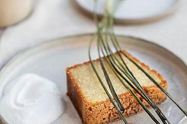עוגת סולת, שקדים ושמן זית עם סירופ עשבים של שפית שולי וימר. צילום: טל סיון צפורין; סטיילינג: דיאנה לינדר; כלים: רינת בר נצר