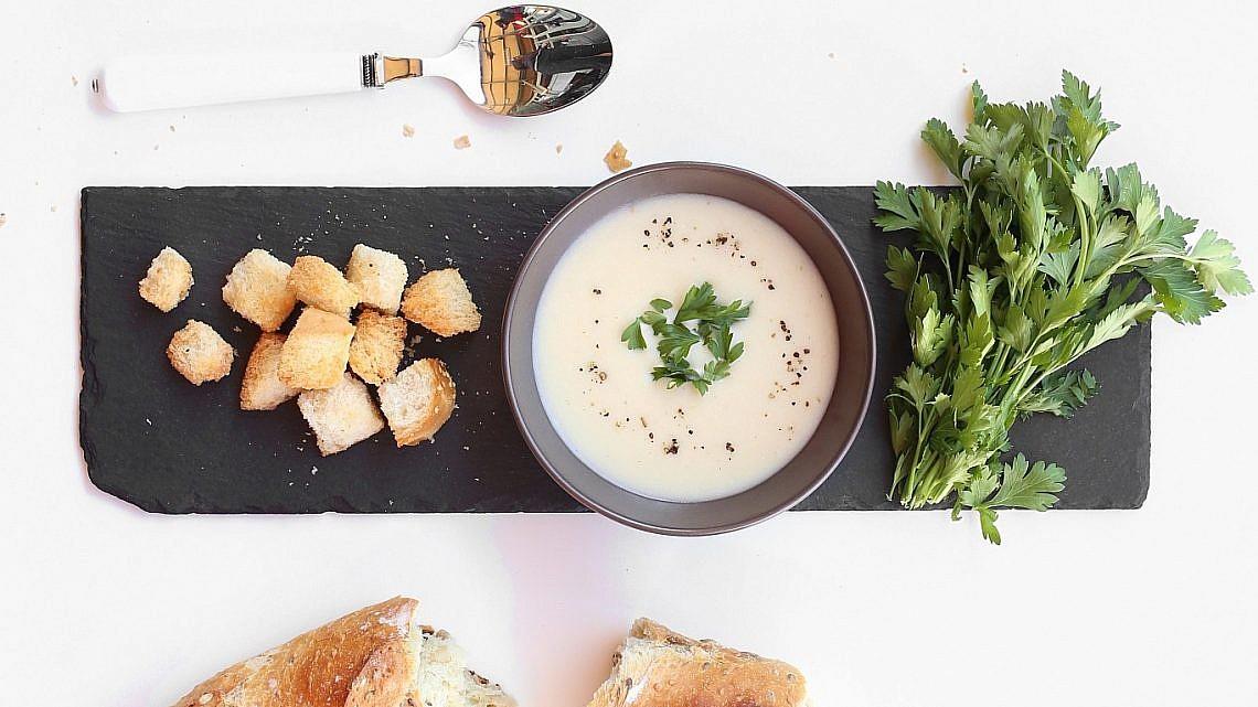 מרק שום, בצל ולחם של שף אלרן בוזגלו. צילום: אפרת ליכטנשטט