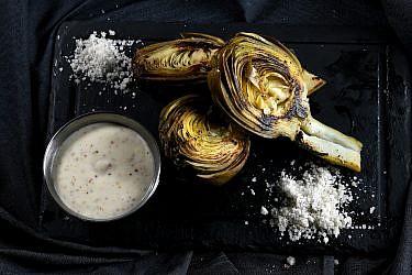 ארטישוק צרוב עם איולי ארטישוק של שף אסף שנער. צילום: רן בירן