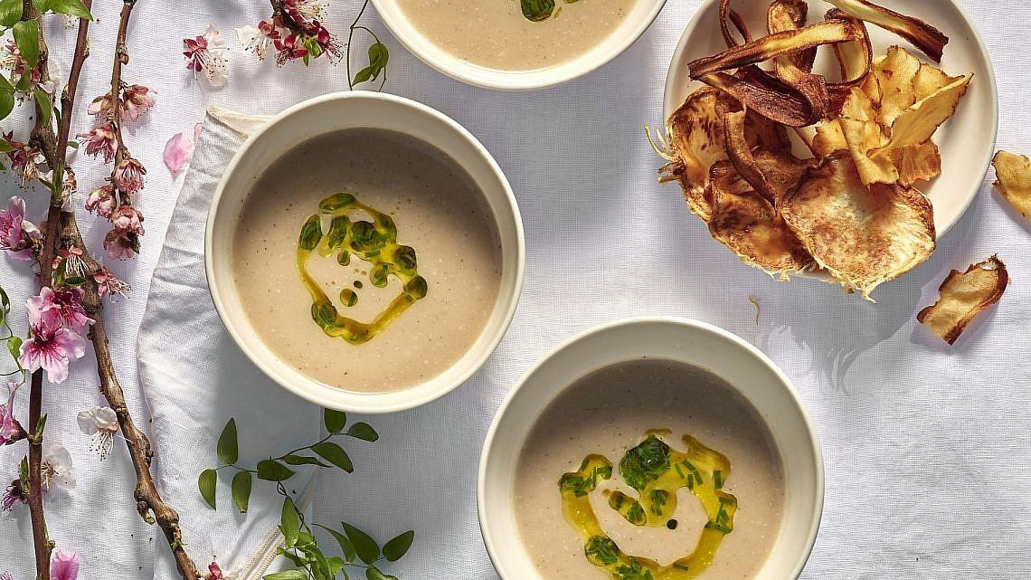 מרק ארטישוק ירושלמי ושורשים של שף מוטי טיטמן. צילום: אנטולי מיכאלו. סטיילינג: דיאנה לינדר; כלים: סטודיו NOW POTTERY