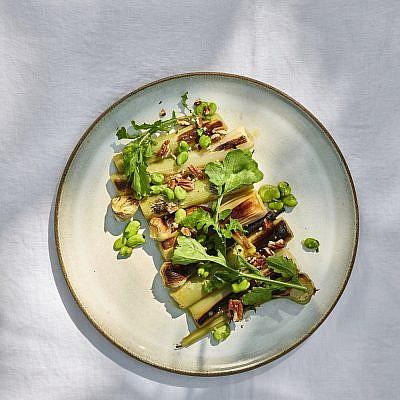 כרשות ופול ביין לבן וחמאה של שף מוטי טיטמן. צילום: אנטולי מיכאלו. סטיילינג: דיאנה לינדר; כלים: סטודיו NOW POTTERY