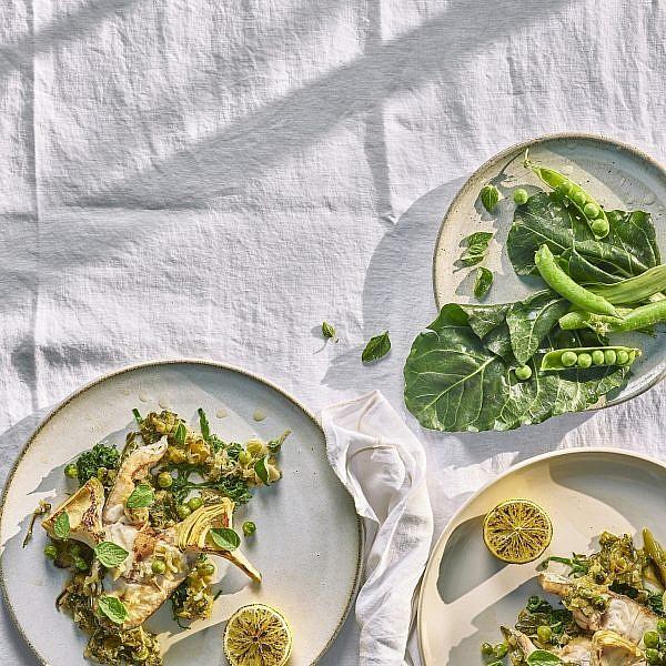 סטייקים של מוסר ים בתבשיל ירוקים של שף מוטי טיטמן. צילום: אנטולי מיכאלו. סטיילינג: דיאנה לינדר