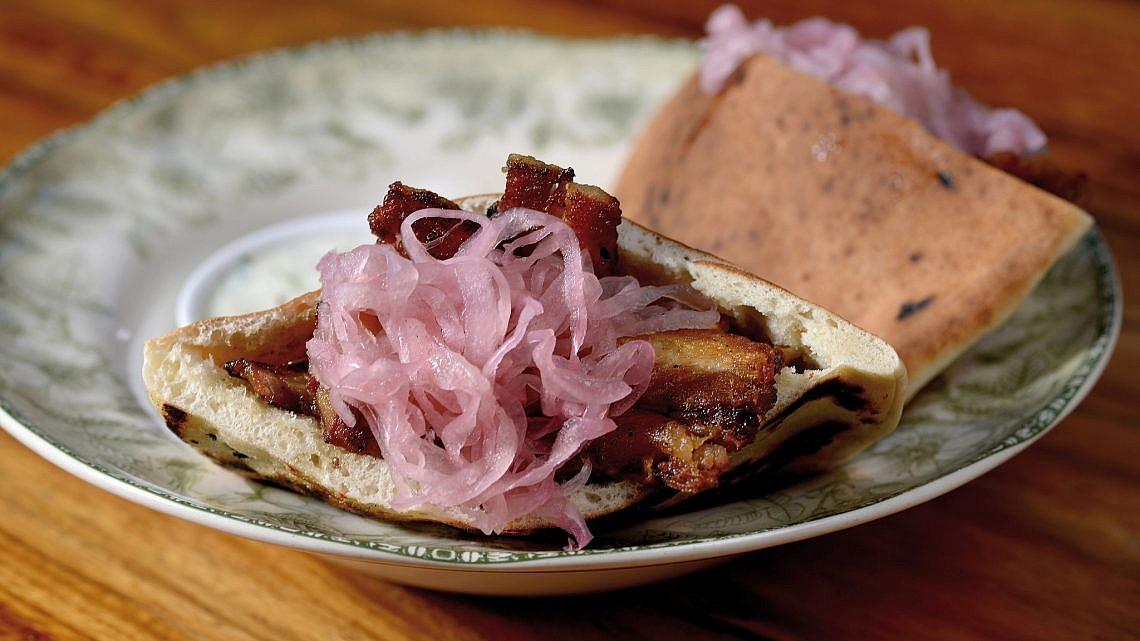 שווארמה חזיר, שף אילון עמיר מסעדת בסטה. צילום: רן בירן