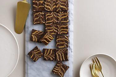 בראוניז שוקולד וחמאת בוטנים של שף-קונדיטורית סאני דרעי. צילום: רונן מנגן. סטיילינג: עמית פרבר; כלי קרמיקה: סטודיו NOW POTTERY