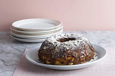 עוגת לימון, ריקוטה ושקדים של שף-קונדיטורית סאני דרעי. צילום: רונן מנגן. סטיילינג: עמית פרבר; כלים: סטודיו NOW POTTERY