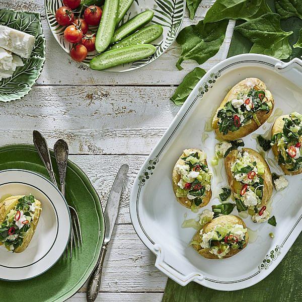חצאי תפוחי אדמה ממולאים תרד ובולגרית מעודנת. צילום: אנטולי מיכאלו. סטיילינג: תמי סגל