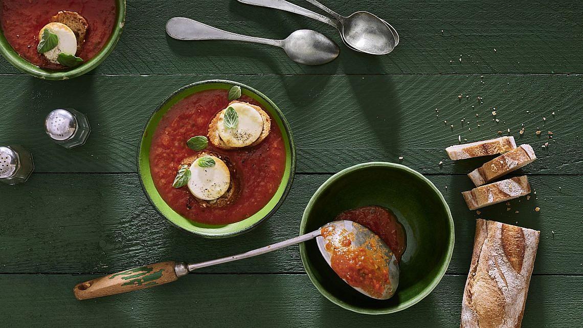 מרק עגבניות עם טוסטוני גבינת עיזים של אורלי פלאי ברונשטיין. צילום: אנטולי מיכאלו. סטיילינג: תמי סגל