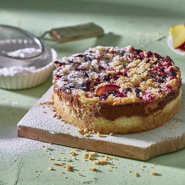 עוגת גבינה ופירות קיץ של אורלי פלאי ברונשטיין. צילום: אנטולי מיכאלו. סטיילינג: תמי סגל