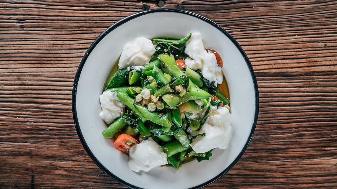 פול ירוק מוקפץ של שף ארז קומרובסקי. צילום: אסף קרלה