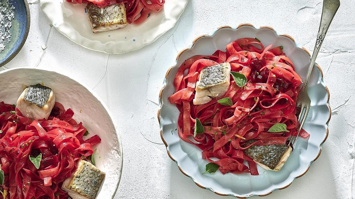פטוצ'יני סלק בבלסמי עם פילה מוסר ולימון של שף אוראל קמחי. צילום: אנטולי מיכאלו, סגנון: ענת לבל