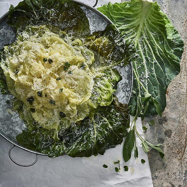 פרח כרוב ברוטב זעתר, יין וחמאה של שף ענר בן רפאל. צילום: אנטולי מיכאלו. סטיילינג: דלית רוסו