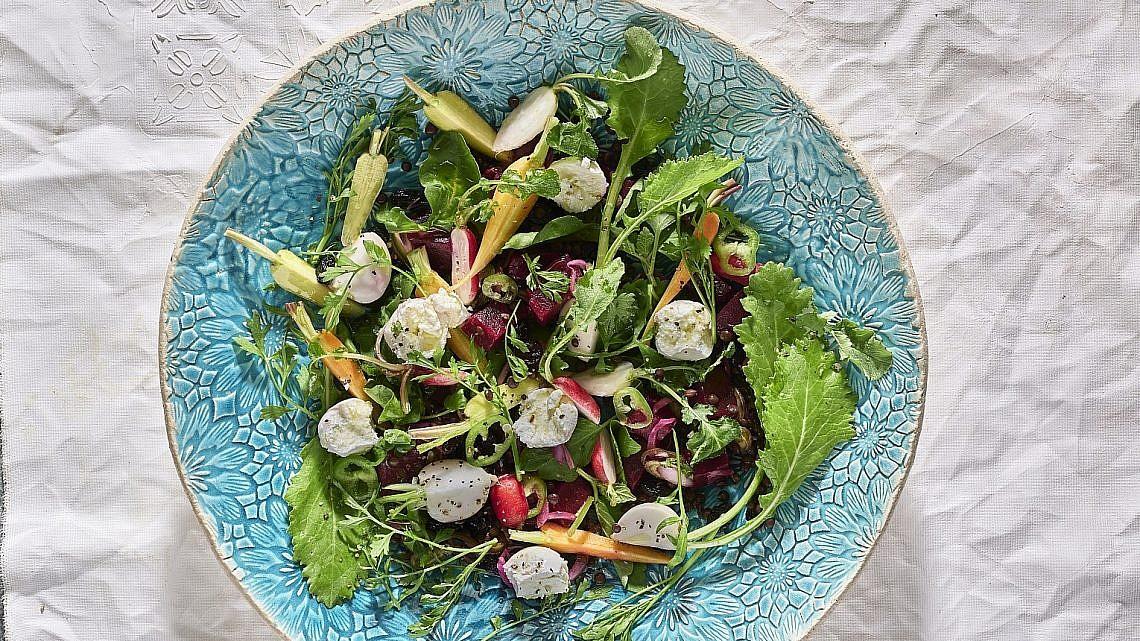 סלט עדשים, ירקות קטנים ועלים עם לאבנה של שף תומר טל. צילום: אנטולי מיכאלו. סטיילינג: דלית רוסו