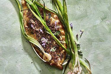 לחמג'ון טלה ושום ירוק של שף תומר טל. צילום: אנטולי מיכאלו. סטיילינג: דלית רוסו