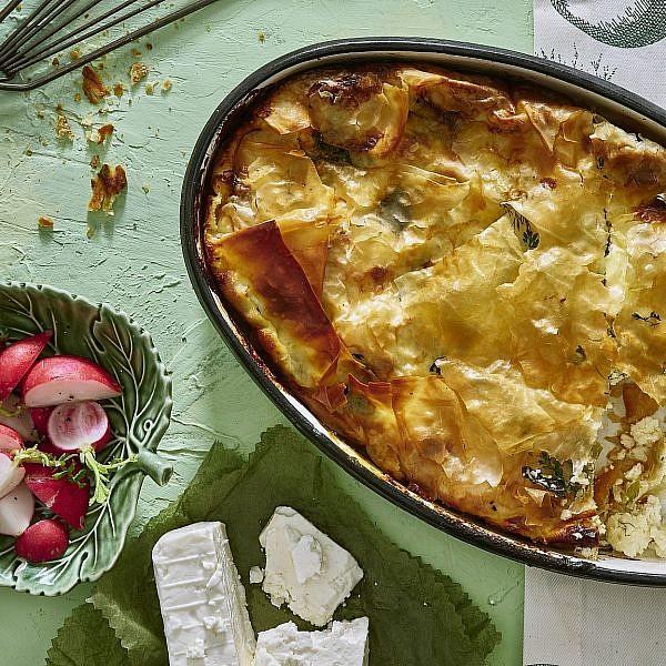 בניצה – מאפה פילו בולגרי עם גבינות. צילום: אנטולי מיכאלו. סטיילינג: תמי סגל