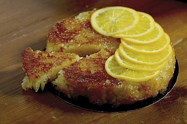 פורטוקלופיטה- עוגת יוגורט יוונית עם תפוזים ושמן זית של הקונדיטור יואב דקלבאום. צילום: רן בירן