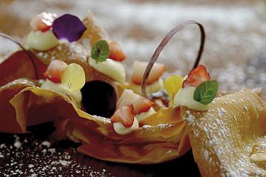 עוגות יווניות, קונדיטור יואב דקלבאום, פילו עם פטיסייר. צילום: רן בירן