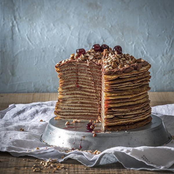 עוגת קרפים הונגרית של מירב שיינר. צילום: אנטולי מיכאלו, סטיילינג: ענת לבל