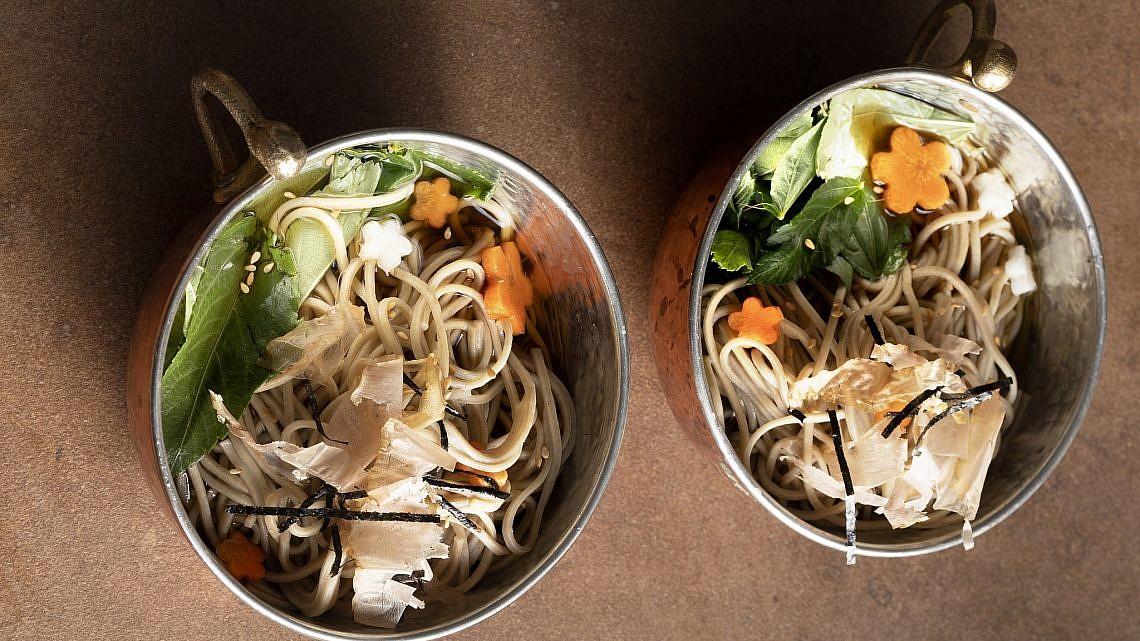 מרק יפני עם מלוחייה, אטריות סובה ודאשי של נוף עתאמנה אסמעיל. צילום: דניאל לילה