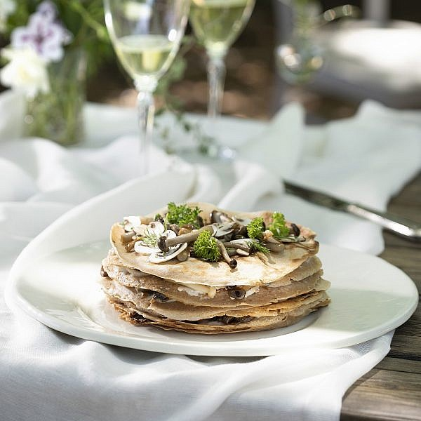 עוגת בלינצ'ס מלוחה של שפית סבינה ולדמן. צילום: דניאל לילה. סטיילינג: חמוטל יעקובוביץ