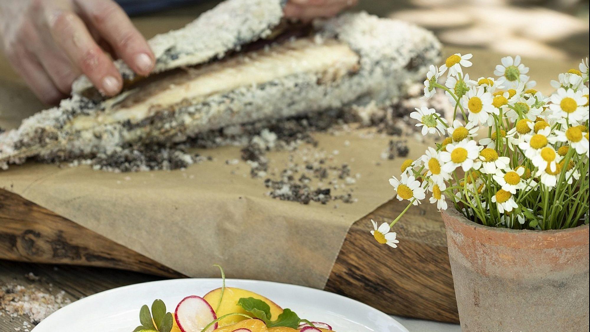 דג במלח עם סלט ירקות קיץ של שפית סבינה ולדמן. צילום: דניאל לילה. סטיילינג: חמוטל יעקובוביץ
