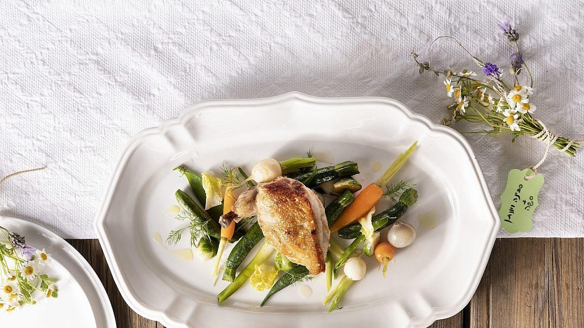 עוף סופרם עם ירקות בייבי ואיולי טרגון של שפית סבינה ולדמן. צילום: דניאל לילה. סטיילינג: חמוטל יעקובוביץ