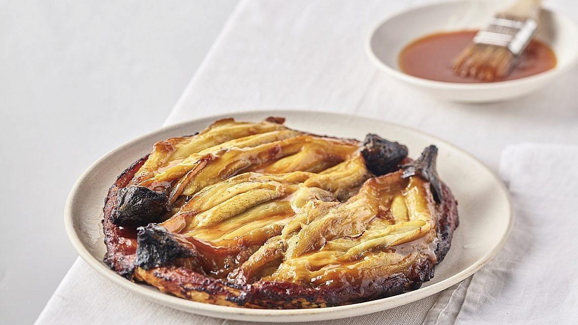 טארט טאטן חצילים בחמאת מיסו וקרמל של שף חגי לרנר. צילום: אנטולי מיכאלו. סטיילינג: דיאנה לינדר