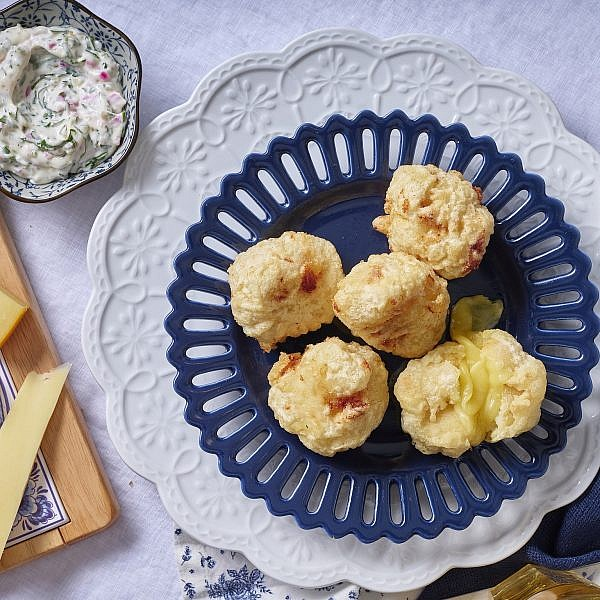 כדורי גאודה מטוגנים ברוטב רמולד של שף אסף שטרן. צילום: אנטולי מיכאלו. סטיילינג: ענת לבל