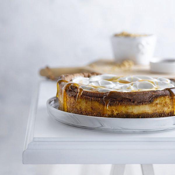 עוגת גבינה אפויה עם ברינזה של מיכל בוטון. צילום: רונן מנגן. סטיילינג: עמית פרבר