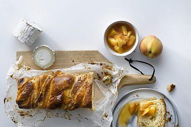 עוגת שמרים אפרסקים ובושה עיזים של מיכל בוטון. צילום: רונן מנגן. סטיילינג: עמית פרבר